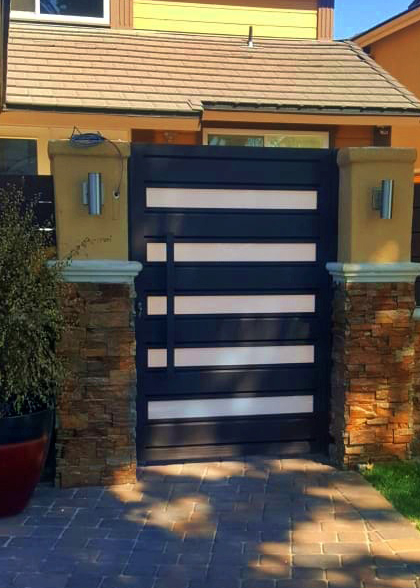 """The En Garde"" Glass & Aluminum Walkway Gate by Mulholland Gates"